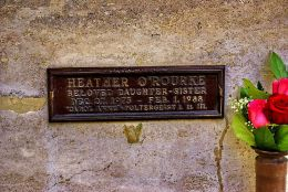 800px-Plaque_marking_Heather_O'Rourke's_grave