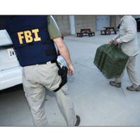 FBI_agent_bringing_evidence_to_crimelab